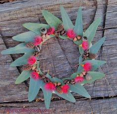 Australian Christmas Wreath - gum leaves, blossom and pods on a paper plate. Fun and easy nature craft activity for kids. #Christmaswreath #naturecrafts #kidscrafts