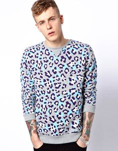 A dude wearing this ASOS Sweatshirt With Leopard Print is a winner. Let me hold you. Zip Up Hoodies, Mens Sweatshirts, Asos Sweatshirt, Latest Outfits, Streetwear, Swagg, Cosmic, Men's Fashion, Sweater Fashion