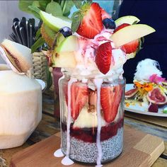 Coconut Chia Pot - Cocowhip, blueberry, fig, strawberry, veganola, macqui & pomegranate 💚☀️💞 Speedo's Cafe - North Bondi #sydney #breakfast #breakfastinsydney #speedoscafe @speedoscafe