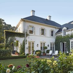 Designer Caroline Gidiere revives historic Georgian-style grandeur in her Alabama home with a vivid, youthful twist. Alabama, Georgian Style Homes, Design Blog, Classical Architecture, House Goals, My New Room, Exterior Paint, Interiores Design, Curb Appeal