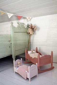 Bonitas camas de madera para las muñecas