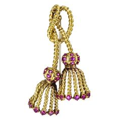 Rope-twist, two-tassel pin, accented by 32 circular-cut rubies, mounted in yellow gold, signed Tiffany & Co. Antique Jewelry, Vintage Jewelry, Tiffany And Co Jewelry, Jewelry Design Drawing, Jewelry Boards, Vintage Brooches, Jewelry Trends, Copper Earrings, Women Accessories