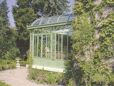 """Véranda style 1900 en fer forgé de 30 m² avec toiture en """"anse de panier"""" et double vitrage retardateur d'effraction. Peinture époxy vert céladon. Ateliers Lucien Longueville."""