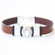 (http://www.spanishdoor.com/camino-de-santiago-way-of-st-james-pilgrim-scallop-shell-leather-bracelet/)