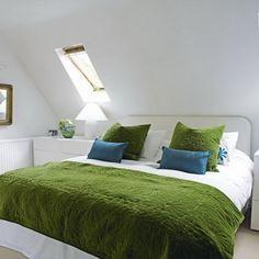 Schlafzimmer mit Dachschräge luftiger machen-wände in weiß gestrichen-Bettwäsche in Grün