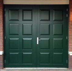 Hardhouten garagedeuren met 8 bossingpanelen.