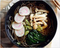 "Soba (Japanese Buckwheat Noodle) recipe - I made soba or Japanese buckwheat noodle soup, topped with Japanese fish cake ""naruto"" , boiled spinach, and some buna shimeji mushrooms. Buckwheat Noodles, Japanese Dishes, Japanese Food, Japanese Noodles, Japanese Recipes, Easy Delicious Recipes, Yummy Food, Fideos Soba, Gastronomia"