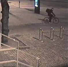 Kuvissa näkyvän pyöräilevän miehen epäillään sytyttäneen turvapaikanhakijoiden puolesta mieltä osoittavien teltan tuleen Rautatientorilla 24.3.2017. Epäilty tekijä pyöräili Rautatieasemalle Itäistä…
