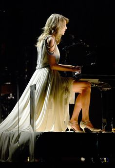 Taylor Swift played the piano (in heels) at the Grammys