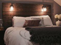 cabeceros originales, ambiente cálido, cabezal de madera con dos lámparas, cama matrimonio y decoración de flores en blanco