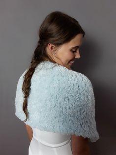 5185b693647c99 Braut Umhang CONNY kuschlig für Winterbräute ein warmer & bequemer  Schulterwärmer