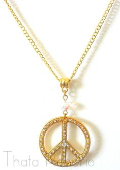 Cód: CN107  Tam: 22 cm de corrente   5 cm de pingente c/ cristal    Gargantilha em banho dourado com pingente símbolo da paz e cristal transparente. R$ 30,00