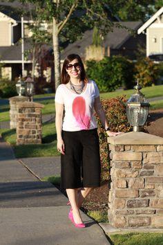 Pantacourt + t-shirt divertida + scarpin pink pra conferir feminilidade ao look