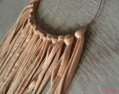 Esta vez mi hermana mayor me ha pedido que le haga este collar con trapillo. ¡Es super ultra mega sencillo de hacer!  ¿Cómo se hace? Vista el blog: http://customizandomivida.blogspot.com.es/2015/06/collar-con-trapillo-nudo-sencillo.html