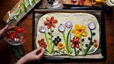 Mouka, voda, sůl, droždí aolivový olej. Na klasickou italskou focacciu si vystačíte stěmito 5 surovinami, ale může být ještě ohodně zábavnější! Stačí pokrájet všelijakou zeleninu, olivy abylinky, do zdobení zapojit iděti amísto chleba si upéct tuhle rozkvetlou placku připomínající pizzu. Pizza, Bread, Meals, Baking, Cake, Desserts, Food, Food Art, Pie