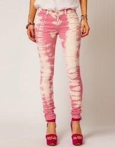 Para teñir este pantalón, lo primero que hice fue doblarlo desde la botamanga como un acordeón. Cuando llegué arriba lo até a unos cent...
