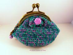 Coqueto y romántico monedero hecho a crochet, estilo vintage, colores lilas y verdes, forrado por dentro con tela de algodón, la boquilla color bro...
