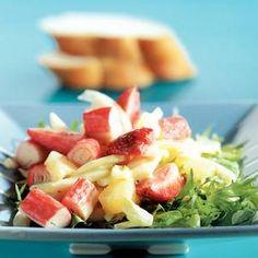 Frisse Salade Met Surimi Recept recept Salades, Hoofdgerechten met knolvenkels, aarbeien, ananasstukjes, surimi, friséesla, dressing, stokbroden, pistoletjes