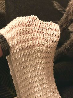 Kevyt kuin syksyn ensimmäinen lumiharso nurmella. Valkoisen langan kimaltavat pilkut kiiltevät kuin lumikiteet.Nopeatekoinen tuubihuivi valmistuu helposti, eikä ohjetta tarvitse pahemmin kuikkia. Siinä kun on vain kaksi erilaista kerrosta, joita toistetaan. Kun langankierto pudotetaan puikolta, se tekee hauskasti piiiiiitkän silmukan. Sen vuoksi tämä malli näyttää jännälle, kun on normaalikokoinen kerros, ja seuraava näyttää kun olisi tehty … Wicker, Needlework, Knitting, Diy, Scarfs, Home Decor, Rattan, Build Your Own, Homemade Home Decor