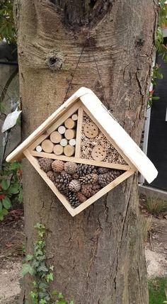 DIY: Easily build an insect hotel Bug Hotel, Insect Crafts, Homemade Bird Feeders, Bee House, Design Jardin, Garden Deco, Garden Projects, Bird Houses, Garden Inspiration