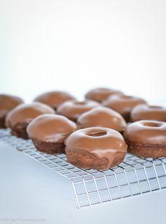 Chocolate Mini Donuts with Ganache. These chocolate mini donuts with ganache glaze are actually healthy! Mini Donuts, Mini Muffins, Yummy Donuts, Baked Doughnuts, Donut Recipes, Dessert Recipes, Thm Recipes, Keto Desserts, Healthy Recipes