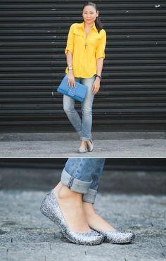 Usar uma calça jeans básica com uma sapatilha de glitter, por que não? | 35 ideias para criar looks estilosos sem usar salto