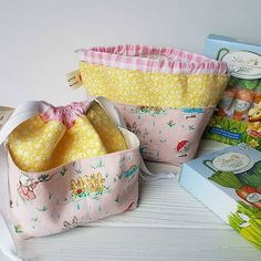 Two preschool teacher gifts. i love the pattern Easy Sewing Projects, Sewing Hacks, Sewing Tutorials, Sewing Ideas, Bag Pattern Free, Bag Patterns To Sew, Sewing Patterns, Preschool Teacher Gifts, Quilted Gifts
