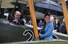Pin for Later: Die königliche Reise holt das Beste aus Will und Kate heraus Und bei einem Flugzeug