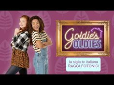 """GOLDIE'S OLDIES - Raggi Fotonici 🎵sigla tv ufficiale [versione completa]   Raggi Fotonici Official📺""""Goldie's Oldies"""" è una serie di Nickelodeon, in onda in Italia dal 26 aprile 2021 su Sky. La serie racconta di Goldie, una teenager la cui vita si sconvolge quando, insieme alla sua famiglia, è costretta a trasferirsi nella casa del nonno Maury e dei suoi bizzarri coinquilini ultrasettantenni!🎤La sigla è cantata dai Raggi Fotonici🎸Musica: Ashoke Gosh✏️Testo: Mirko FabbreschiHey, sai che"""