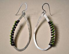 Plata esterlina envuelto aros con cuentas verdes por AMiRAjewelry