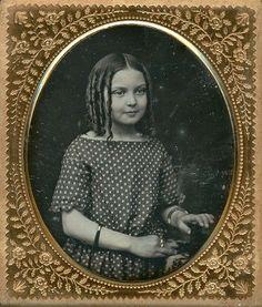 Daguerreotype of young girl. Antique Photos, Vintage Photographs, Old Photos, Girl Photos, Vintage Children Photos, Vintage Girls, Vintage Outfits, Post Mortem Photography, Tintype Photos