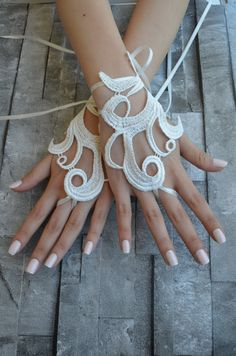 ivory Wedding gloves Lace  Beach weddings are a great accessory for ... The ideal design for your wedding photos ... For the bride, the ideal