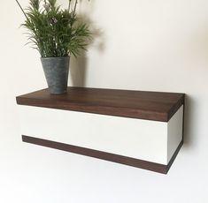 zweifach praktisch dieses regal bietet zum einen platz f r dekoration und als ablage zum. Black Bedroom Furniture Sets. Home Design Ideas
