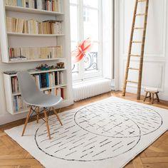 Tapis design fond beige avec imprimé gris Masomenos Edito : Decoclico