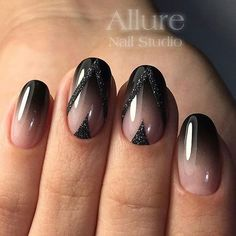 Diva's nails: Nails painted with natural enamel and black!