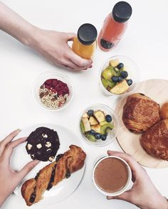 Love having breakfast at work with my mates (especially if it's from @lepainquotidien & delivered straight on my desk by @deliveroo_fr) ✌️☕️