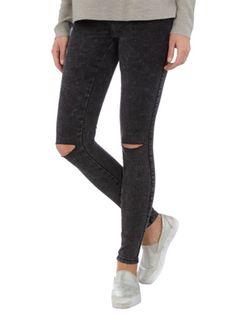 #Washed #Skinny Jeans - Die schwarze #Jeans in #Schlitzen an den Knien lässt sich super mit #Oversize #Pullovern stylen ♥ ab 39,95 €