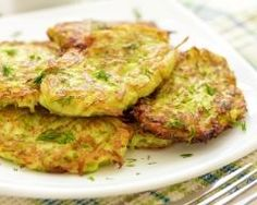 Galettes de courgettes à la feta (facile, rapide) - Une recette CuisineAZ Easy Healthy Recipes, Veggie Recipes, Vegetarian Recipes, Cooking Recipes, Healthy Protein Breakfast, Good Food, Yummy Food, My Best Recipe, Food Inspiration