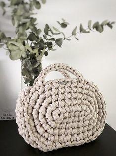 Capazo Midi de trapillo | SANTA PAZIENZIA Free Form Crochet, Love Crochet, Diy Crochet, Crochet Patterns, Crochet Hats, Crochet Clutch Bags, Crochet Baby Blanket Beginner, Yarn Bag, Tote Bags Handmade