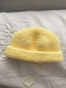 Gorro de bebé Manchester, ( punto dos agujas) | Manualidades Knitting For Kids, Baby Knitting Patterns, Crochet Baby, Knit Crochet, Baby L, Knitted Booties, Knitted Baby Clothes, Baby Scarf, Manchester