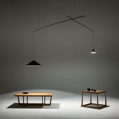 Las lámparas colgantes North diseñadas por Arik Levy ofrecen un sorprendente efecto de iluminación al tener la base y la fuente de luz alejadas entre sí.