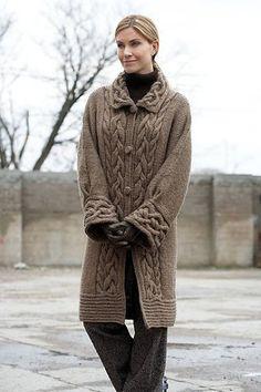 Main de femmes main tricot manteau aran femmes veste tricoté