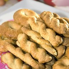 Κουλουράκια με πορτοκάλι / Easter cookies with orange. Γευστικά και αρωματικά κουλουράκια, ιδανικά για να συνοδέψουν τον απογευματινό καφέ! #millsofcrete #koulourakia greekrecipes #greekfood #κουλουρακια #πασχα #συνταγες #πασχαλινεςσυνταγες #πασχαλινακουλουρακια #πορτοκαλι Biscuit Cookies, Easter Recipes, Bagel, Biscuits, Bread, Desserts, Food, Crack Crackers, Tailgate Desserts