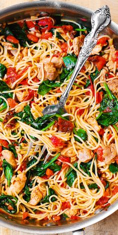 Tomato Basil & Spinach Chicken Spaghetti – healthy, light, Mediterranean style dinner, packed with vegetables, protein and good oils. Use whole wheat pasta in this recipe to keep it clean eating friendly. Pin now to try later! Huhn Spaghetti, Spaghetti Spinach, Spaghetti Squash, Vegetarian Spaghetti, Spaghetti With Chicken, Pasta Recipes With Spaghetti Noodles, Mexican Spaghetti, Chicken Spaghetti Casserole, Summer Spaghetti