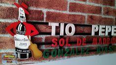 Tio Pepe en madera con efecto envejecido. Cartel emblemático de la zona Puerta del Sol, Madrid. Realizado y pintado a mano. www.cartelestematicos.com