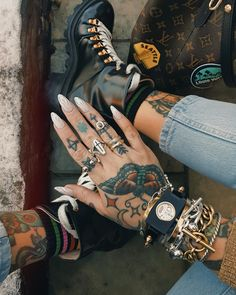 It's officially SUMMER 🙌🏼☀️🙌🏼 and we're in 🧡 with this fresh look by Hand Tattoos, Anklet Tattoos, Finger Tattoos, Life Tattoos, Unique Tattoos, Body Art Tattoos, Cool Tattoos, Garra, Gucci Tattoo