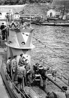 Немецкая подводная лодка U204 перед очередным походом. U-204 вошла в строй 8 марта 1941 года. Совершила 3 боевых похода под командованием капитана-лейтенанта Вальтера Келя. Потопила четыре торговых и один военный корабль общим водоизмещением 18420 тонн. Погибла 19.10.1941 со всем экипажем (46 человек) близ Танжера, юго-западнее Гибралтара от глубинных бомб британских кораблей: корвета «Маллоу» и шлюпа «Рочестер».
