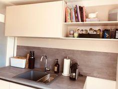 EINFAMILIENHAUS Modell: Vida 01 Farbe: Sand. Platte: Beton. Geräte: Miele. Kitchen Cabinets, Home Decor, Detached House, Model, Interior Design, Home Interior Design, Dressers, Home Decoration, Decoration Home