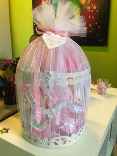 Πασχαλινό κλουβί με λαμπάδα αρωματική, φαναράκι, σοκολατένιο αυγό και μεταλλικό διακοσμητικό!! Βρείτε το στο Facebook: σελίδα--> lampadamou  Και στο www.lampadamou.gr Easter Candle, Love Craft, Baby Time, Gift Baskets, Diy Crafts, Candles, Holidays, Handmade, Gifts