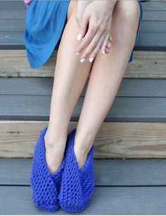 Foldover Garter Stitch Slippers | This slippers knitting pattern is so easy and cozy!